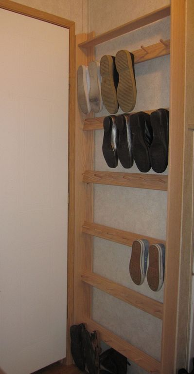 Tips Menata Ruangan Sempit Dengan Rak Sepatu Kayu