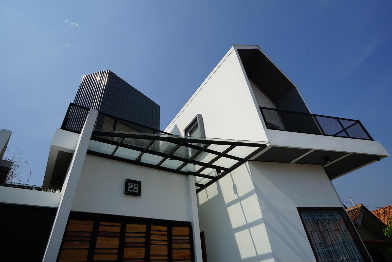 Rumah Dengan Desain Interior Industrial Garden