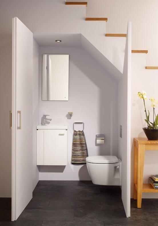 memanfaatkan ruang kosong di bawah tangga sebagai toilet